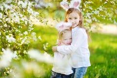 2 маленьких сестры нося уши зайчика на пасхе Стоковое Изображение RF