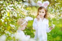 2 маленьких сестры нося уши зайчика на пасхе Стоковые Изображения RF