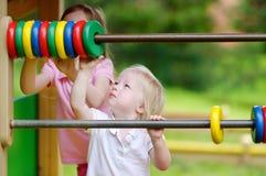 2 маленьких сестры уча подсчитать Стоковое Фото