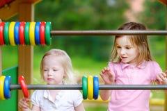 2 маленьких сестры уча подсчитать Стоковые Фото