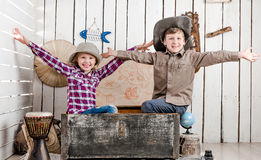 2 маленьких смеясь над дет с руками вверх Стоковые Фото