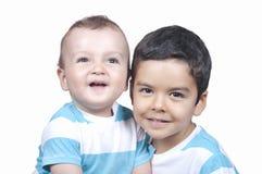 2 маленьких усмехаясь брать мальчика ребенка Стоковое Фото