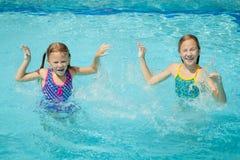 2 маленького ребенка играя в бассейне Стоковое Изображение RF