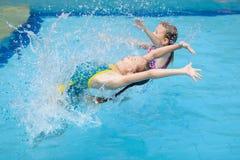 2 маленького ребенка играя в бассейне Стоковые Изображения