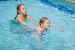 2 маленького ребенка играя в бассейне Стоковое Фото