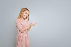 Маленькое милое положение девушки изолированное на серой предпосылке Стоковые Фотографии RF