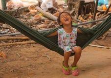 Маленькое усмехаясь азиатское качание девушки в гамаке Стоковое Изображение