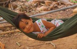 Маленькое усмехаясь азиатское качание девушки в гамаке Стоковые Фото