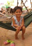 Маленькое усмехаясь азиатское качание девушки в гамаке Стоковые Изображения RF