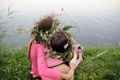 2 маленькой девочки в венках полевых цветков Стоковые Изображения RF