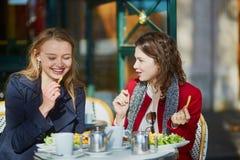 2 маленькой девочки в парижском внешнем кафе Стоковое Изображение RF