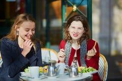 2 маленькой девочки в парижском внешнем кафе Стоковое фото RF