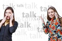 2 маленькой девочки говоря сотовыми телефонами Стоковая Фотография