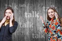 2 маленькой девочки говоря сотовыми телефонами Стоковые Изображения RF