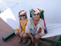 2 маленькой девочки играют в hamaca Стоковая Фотография