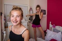 2 маленькой девочки играя в их комнате Стоковое Изображение RF