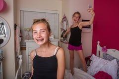 2 маленькой девочки играя в их комнате Стоковое Фото