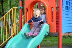 2 маленькой девочки играя на спортивной площадке Стоковые Изображения RF