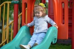 2 маленькой девочки играя на спортивной площадке Стоковая Фотография
