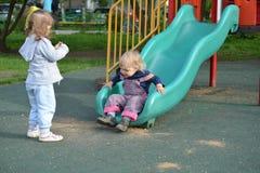 2 маленькой девочки играя на спортивной площадке Стоковое Изображение RF