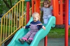 2 маленькой девочки играя на спортивной площадке Стоковая Фотография RF