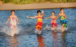 4 маленькой девочки имея потеху в воде на bojana Ada, Montene Стоковая Фотография RF