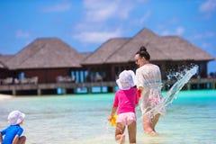 2 маленькой девочки и счастливой мать играя дальше Стоковые Фотографии RF