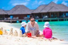 2 маленькой девочки и счастливой мать играя с Стоковые Фотографии RF