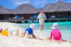 2 маленькой девочки и счастливой мать играя с Стоковое фото RF