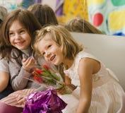 3 маленькой девочки на вечеринке по случаю дня рождения имея потеху Стоковое фото RF