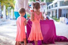 2 маленькой девочки на тропическом пляже в Филиппинах Стоковые Фотографии RF