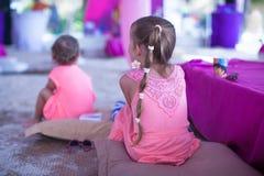 2 маленькой девочки на тропическом пляже в Филиппинах Стоковое фото RF