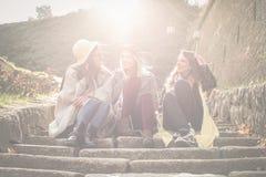 3 маленькой девочки сидя на лестницах Стоковая Фотография RF