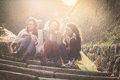 3 маленькой девочки сидя на лестницах Стоковые Фотографии RF