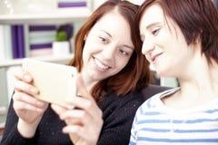 2 маленькой девочки с умным телефоном Стоковые Изображения