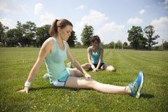 2 маленькой девочки stetching перед jogging Стоковые Фотографии RF