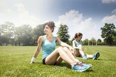 2 маленькой девочки stetching перед jogging Стоковые Изображения RF