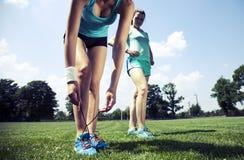 2 маленькой девочки stetching перед jogging Стоковые Фото