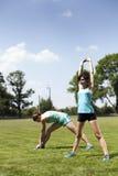2 маленькой девочки stetching перед jogging Стоковые Изображения