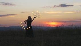 Малиновые заход солнца и танец с огнем сток-видео