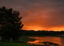 Малиновый заход солнца на реке pechora Стоковые Фотографии RF