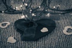 Малое белое декоративное сердце на большом сердце войлока с смычком Стоковые Фотографии RF