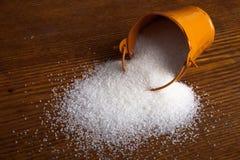 Малое ведро с сахаром на деревянной предпосылке Стоковые Изображения RF