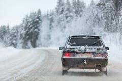 Малое вождение автомобиля на дороге зимы, copyspace Стоковое Изображение RF