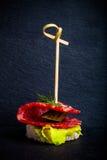 Малое канапе закусок с салями, хлебом и салатом на протыкальнике дальше Стоковые Фотографии RF