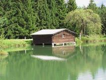 Малое озеро горы с домом над водой и предпосылкой леса Fie allo Sciliar, южный Тироль, Италия Стоковые Изображения RF