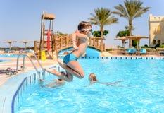 Малое подныривание мальчика в бассейн курорта Стоковые Фотографии RF