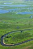 Малое река на зеленом лужке стоковое изображение rf