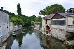 Малое река пропуская между зданиями Стоковые Фото