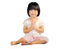 Малое уважение оплаты ребенка путем отжимать руки совместно на комоде Стоковое Фото